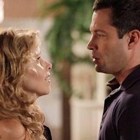 "Em ""Amor à vida"", Paloma (Paolla Oliveira) vê Glauce (Leona Cavalli) beijando Bruno (Malvino Salvador)"