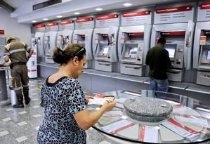 O espanhol Santander, apesar da fraqueza da economia do país ter pressionado ganhos com empréstimos, viu seu lucro saltar nos nove primeiros meses de 2013 Foto: Paulo Fridman / Agência O Globo
