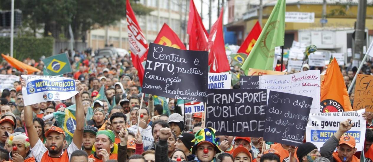 Em Guarulhos, metálurgicos marcham em direção à Rodovia Presidente Dutra Foto: Marcos Alves / Agência O Globo