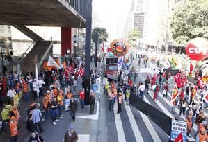 Paralisação bloqueia a Avenida Paulista Foto: Eliaria Andrade / Agência O Globo