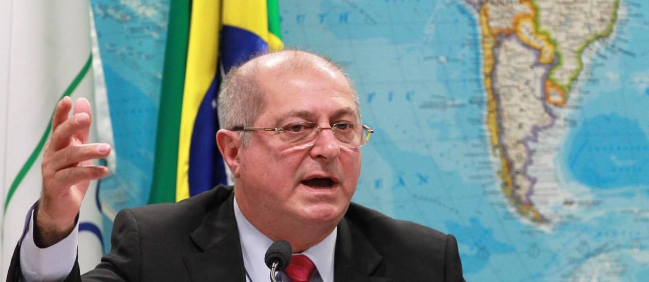 O Ministro das Comunicações Paulo Bernardo durante sua exposição na Comissão do Senado Foto: Ailton de Freitas / Agência O Globo