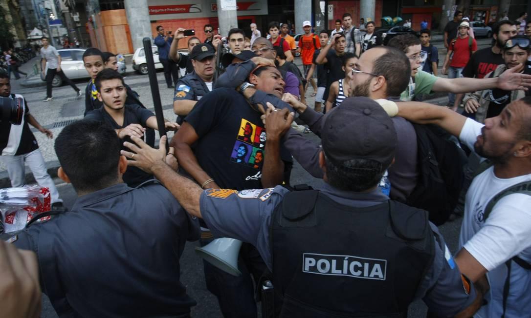 Manifestação terminou em confronto no Centro do Rio na tarde desta quinta-feira Marcelo Carnaval / Agência O Globo