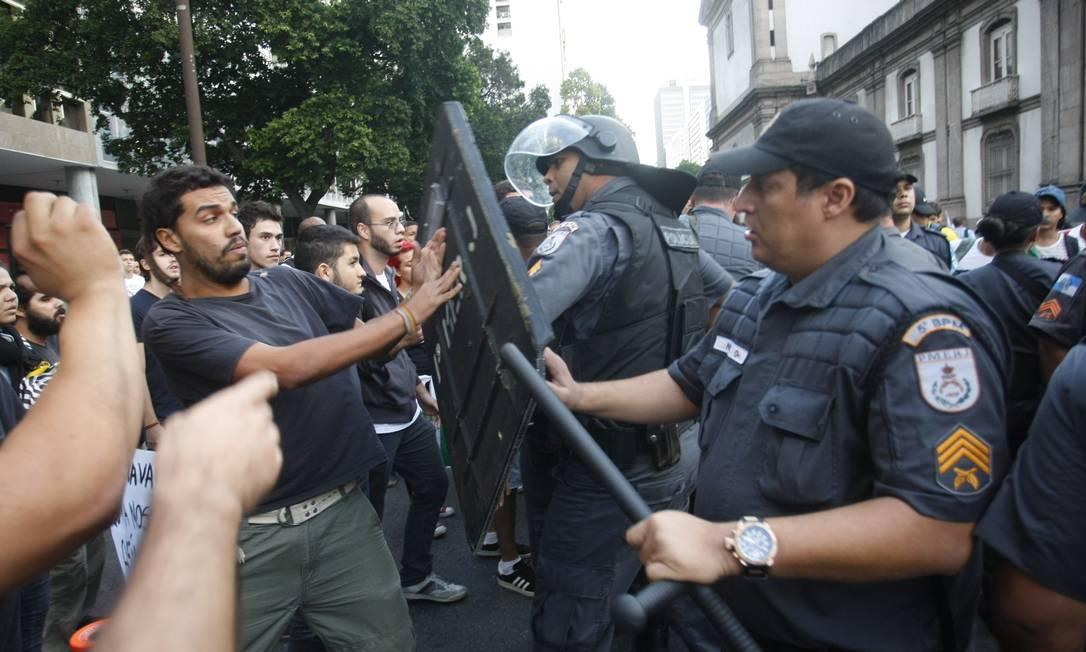 Confusão começou após um manifestante atirar uma pedra contra as vidraças da igreja da Candelária Marcelo Carnaval / Agência O Globo