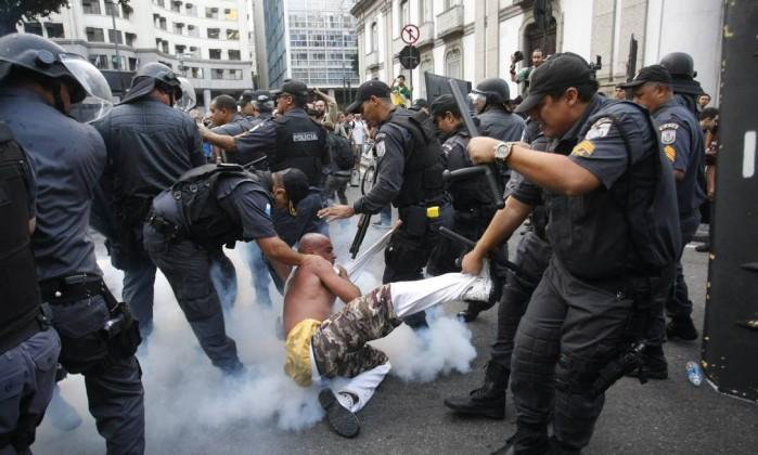 Homem é arrastado por policiais em meio à confusão Agência O Globo / Marcelo Carnaval