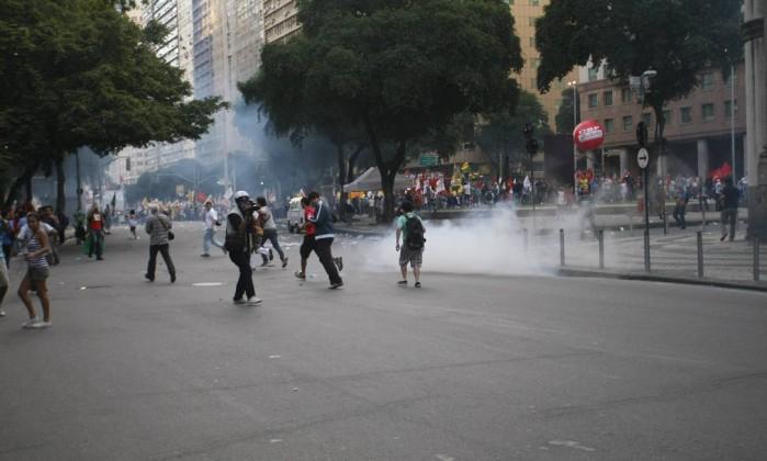 Polícia atirou bomba de efeito moral para dispersar os manifestantes Marcelo Carnaval / Agência O Globo