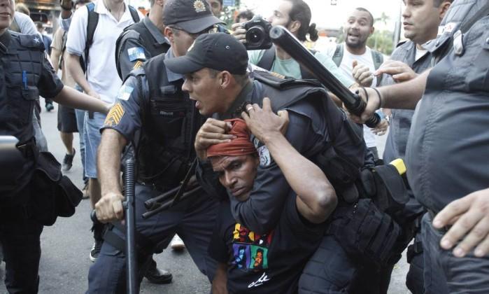 Homem havia sido imobilizado anteriomente pela PM Marcelo Carnaval / Agência O Globo