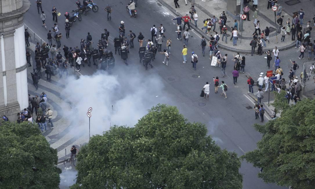 Participantes do protesto correm após polícia jogar bomba de efeito moral Agência O Globo