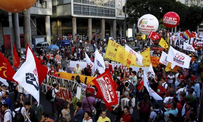 Manifestantes começam a entrar na Avenida Rio Branco Marcelo Carnaval / Agência O Globo