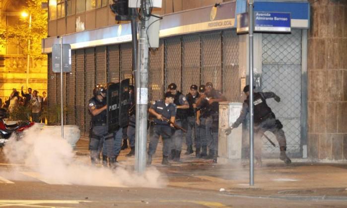Policiais militares entram em cofronto com grupo de manifestante no Centro do Rio Domingos Peixoto / Agência O Globo