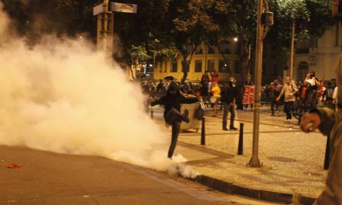 Polícia atira bombas de efeito moral contra manifestantes no Centro do Rio Domingos Peixoto / O Globo