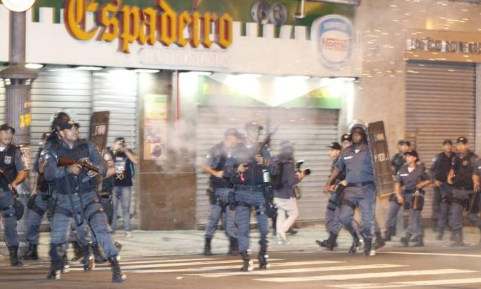 Policiais armados durante protesto de manifestantes no Centro do Rio Domingos Peixoto / O Globo