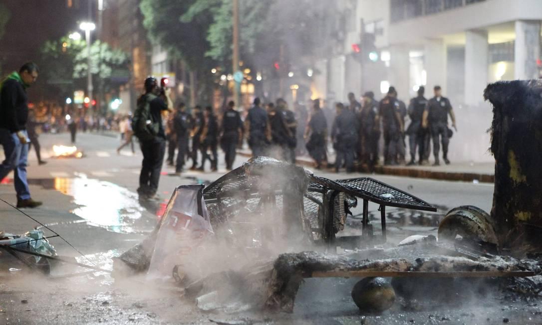 Rastros de destruição na Avenida Almirante Barroso revelam confronto entre manifestantes e polícia durante protesto no Centro do Rio Marcelo Piu / Agência O Globo