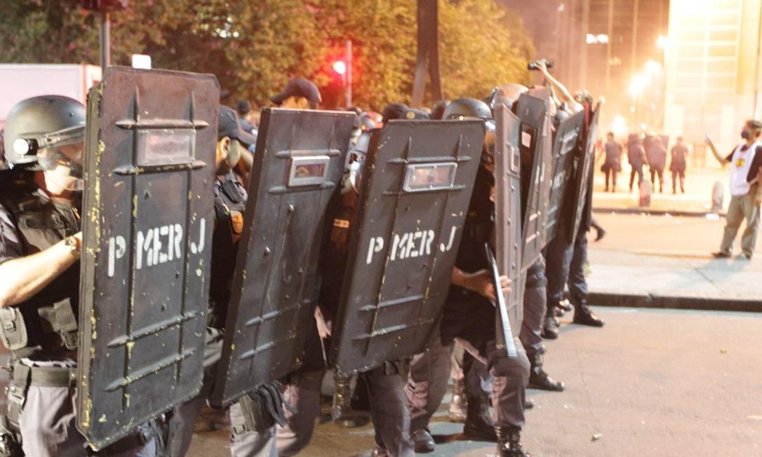 Militares usam escudos durante ato no Centro do Rio, que termina em confronto com manifestantes Urbano Erbiste / Agência O Globo