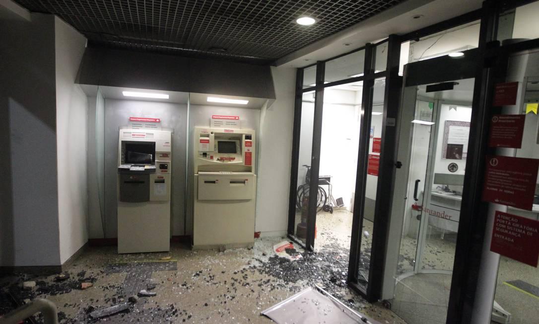 Agência bancária é destruída no Centro do Rio durante ato de manifestantes Urbano Erbiste / Agência O Globo