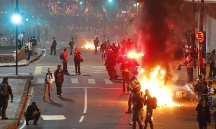 Grupo queima objetos na Avenida Chile e em outros pontos do Centro do Rio Marcelo Piu / Agência O Globo