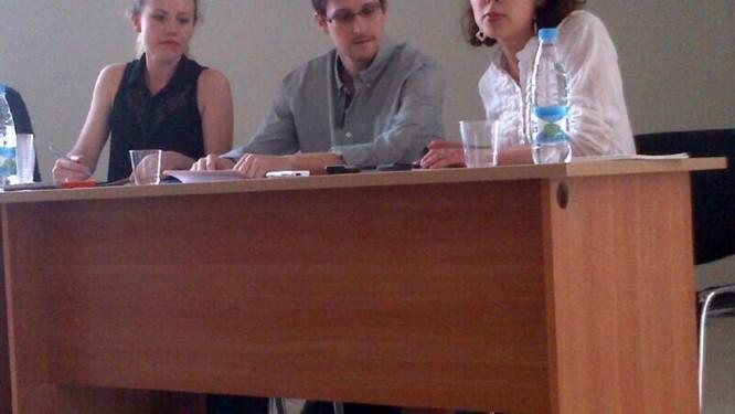 Edward Snowden e Sarah Harrison do WikiLeaks se reúnem com defensores de direitos humanos no aeroporto de Moscou Foto: HANDOUT / Reuters