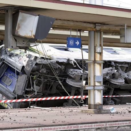 Trem descarrilou na estação ferroviária de Brétigny-sur-Orge, perto de Paris Foto: KENZO TRIBOUILLARD / AFP