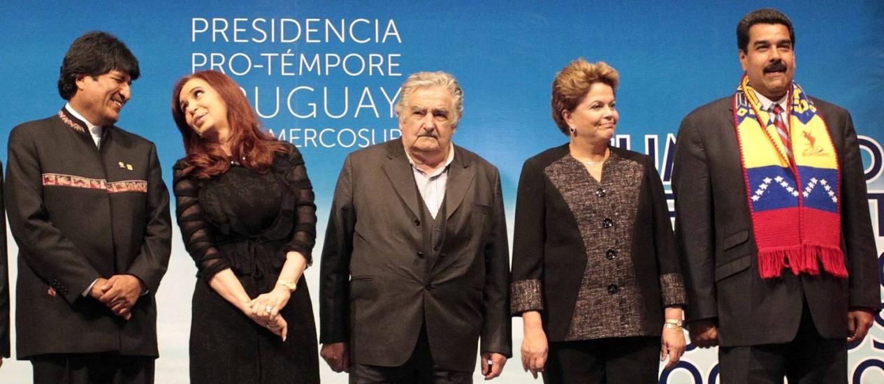 Os presidentes Morales, Cristina, Mujica, Dilma e Maduro na reunião do Mercosul, no Uruguai: cobrança de explicações sobre restrições a voo boliviano Foto: REUTERS