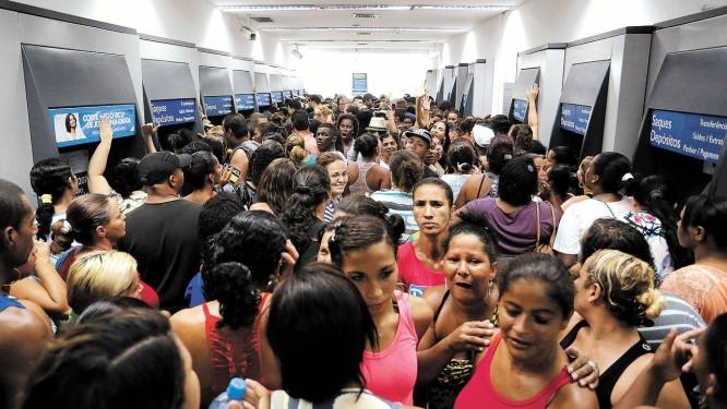 Boato em São Gonçalo: agência da Caixa, no mês de maio, lotada por beneficiários do Bolsa Família Foto: Fabio Rossi / Agência O Globo