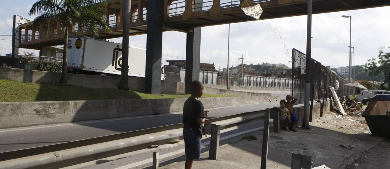 Na entrada da Cidade de Deus, meninos soltam pipa às margens da Linha Amarela Foto: Agência O Globo / Eduardo Naddar