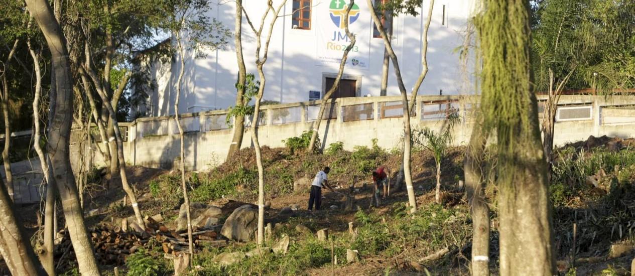 Grande área que fica dentro do terreno da Paróquia São Sebastião de Itaipu está sendo desmatada Foto: O Globo / Hudson Pontes