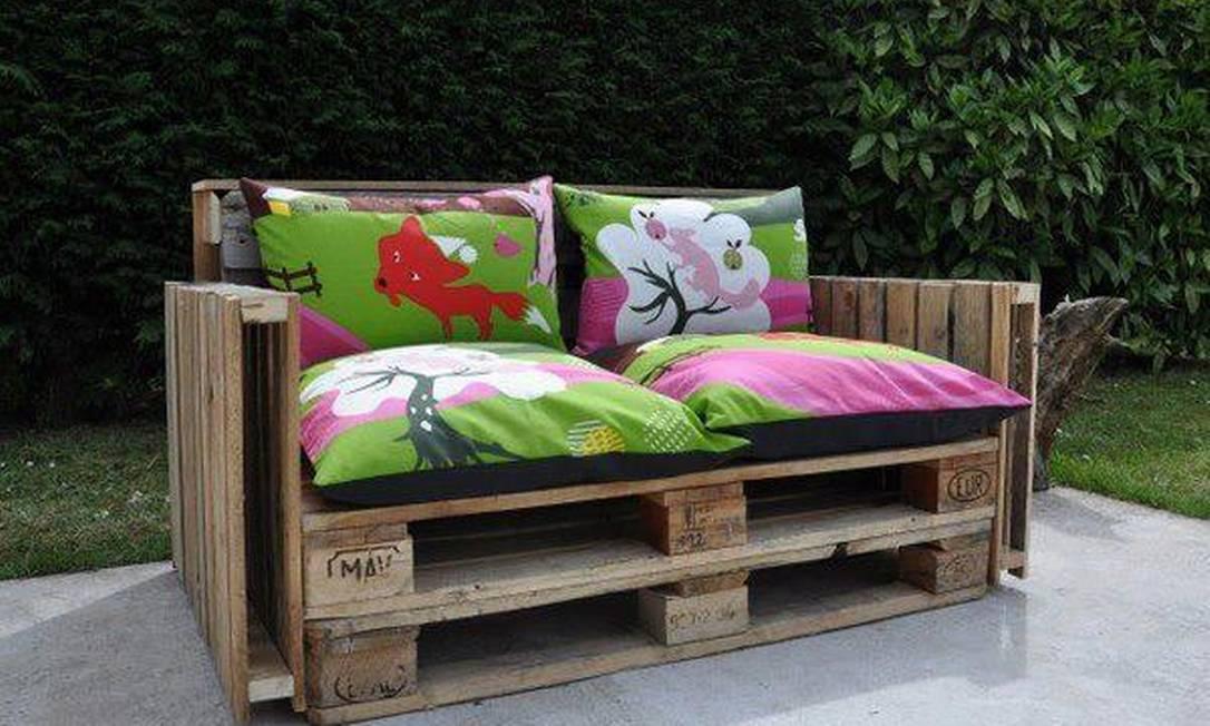 No jardim com almofadas, o estrado vira sofá Foto: Reprodução da internet
