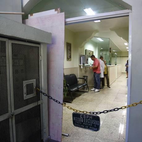 Porta quebrada na Casa de Saúde Pinheiro Machado, que foi invadida durante a manifestação Foto: Pablo Jacob / Agência O Globo