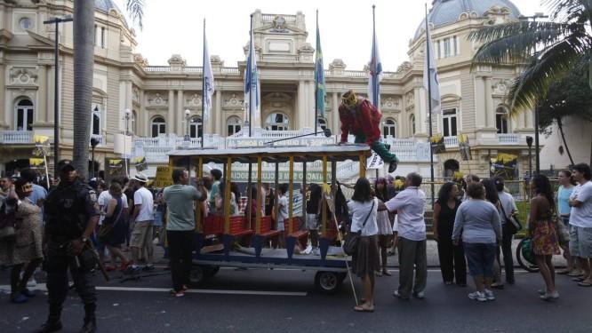 Eles foram do largo do Machado ao Palácio Guanabara Foto: Laura Marques / O Globo
