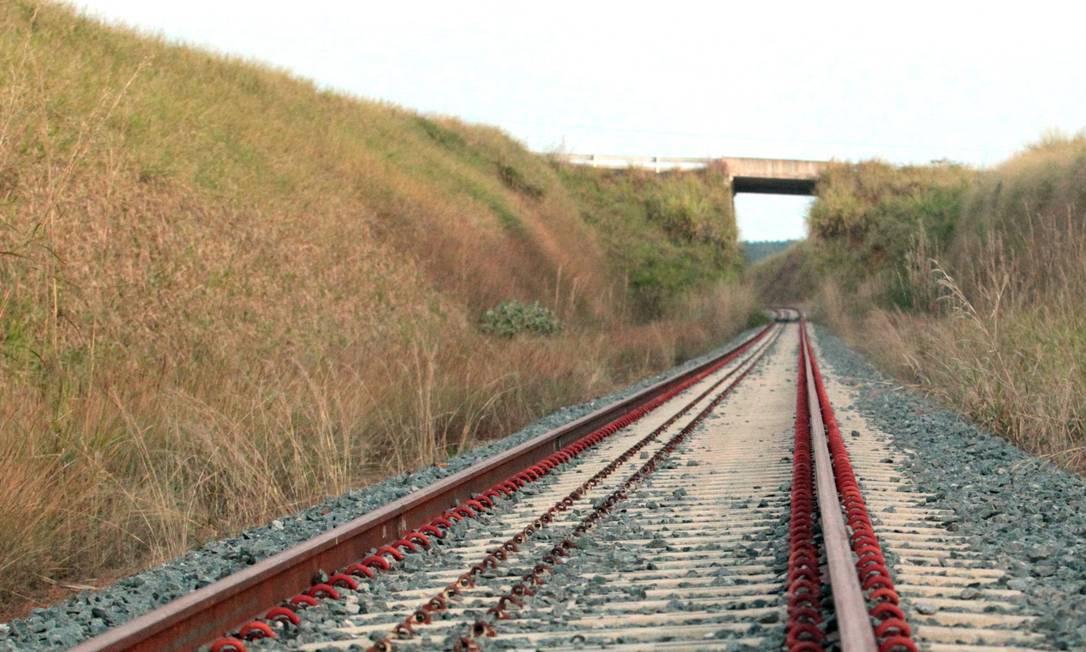 Ferrovia Norte-Sul, em Goiás. Obra, que deveria ser entregue em 2010, deve ser concluída só no ano que vem Foto: Givaldo Barbosa / Agência O Globo