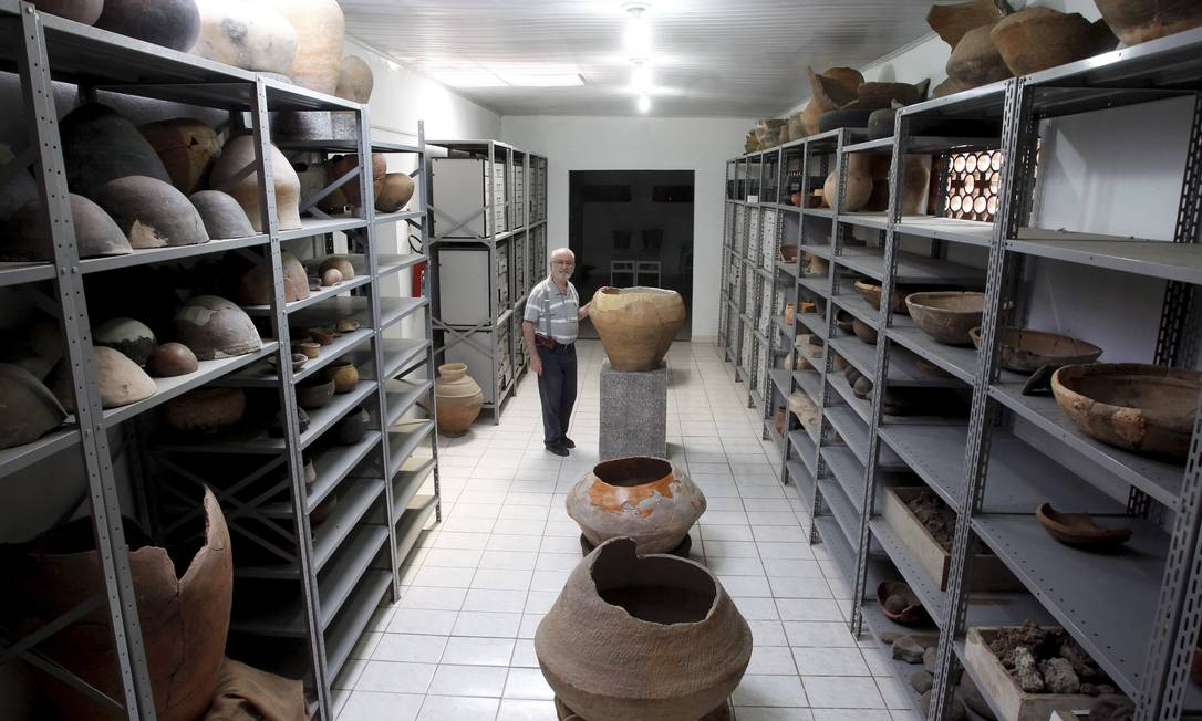 Urnas e outros objetos achados e recuperados durante as obras do Arco Metropolitano do Rio de Janeiro estão sob IAB Foto: O Globo / Custódio Coimbra