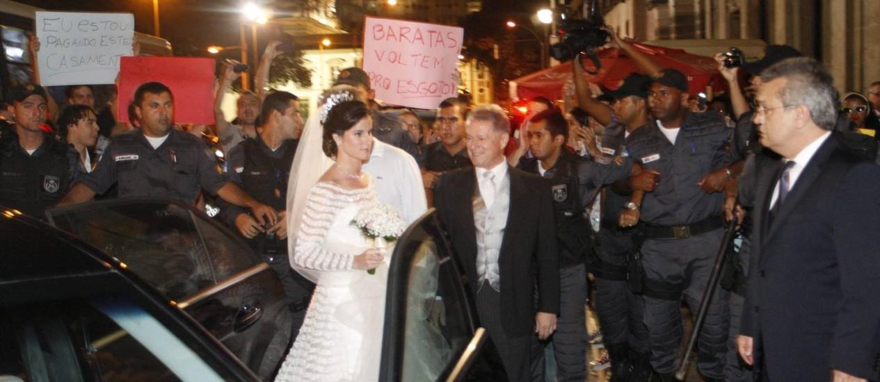 Manifestação em frente à Igreja do Carmo, onde é realizado o casamento de neta de empresário Jacob Barata Foto: Marcos Tristão / O Globo