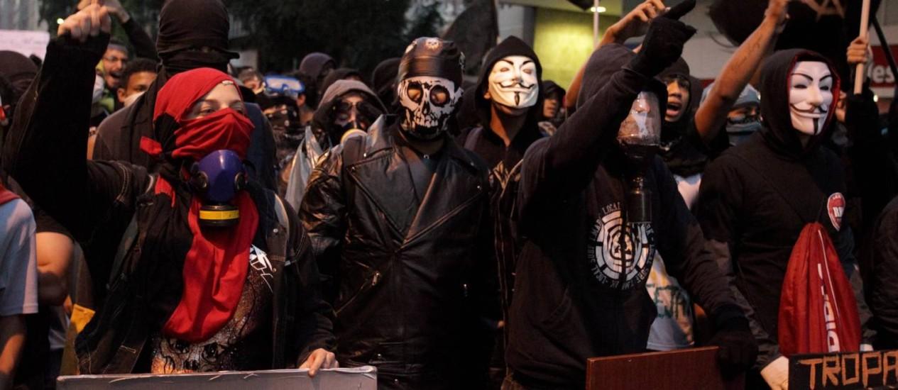 Integrantes dos Black Blocs não mostram o rosto e não se integram aos outros manifestantes Foto: O Globo / Marcelo Theobald
