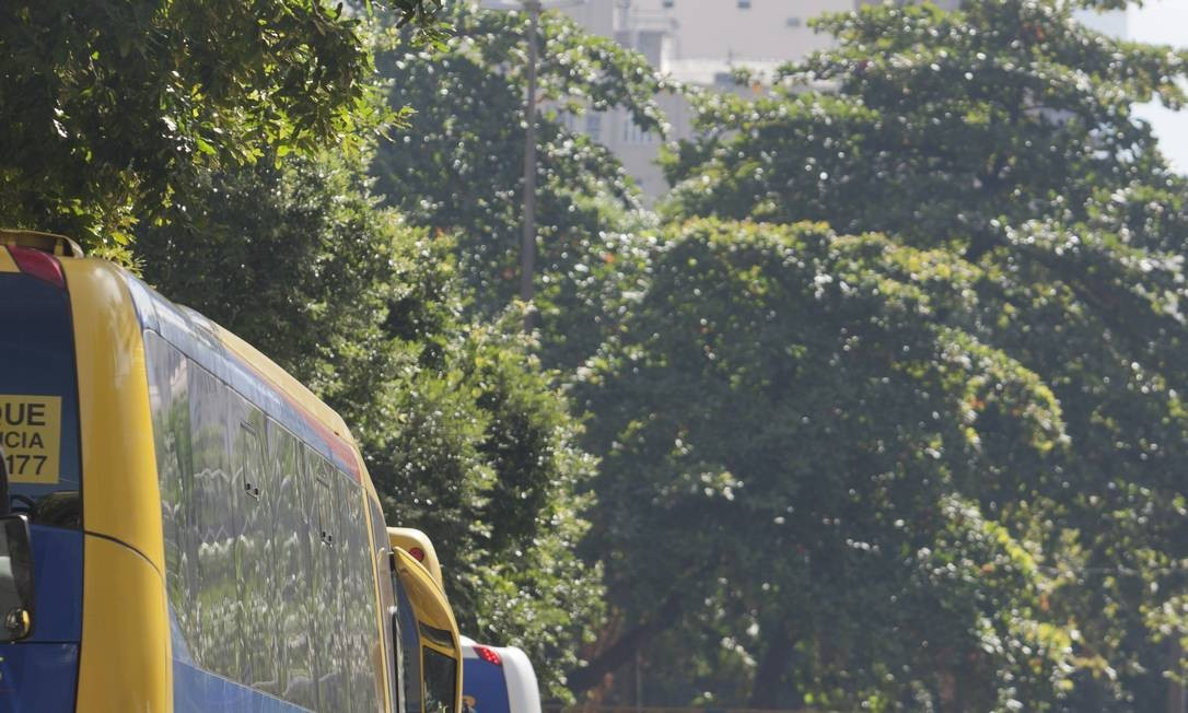 Filas de ônibus na entrada do Edifício-Garagem Menezes Cortes, no Centro: taxa de R$ 5,11 por veículo Foto: Hudson Pontes / O Globo