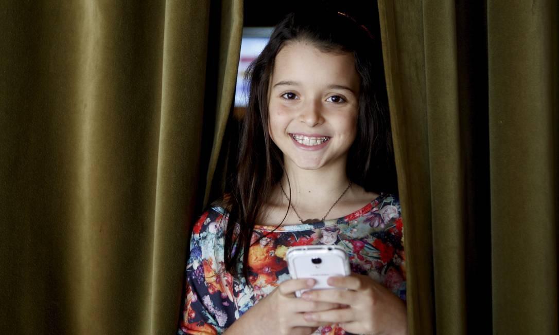 Para a conectada Giovanna, de 10 anos, 'o pior castigo é ficar sem o iPad' Foto: Gustavo Stephan / Agência O Globo