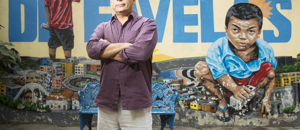 Jailson na sede do Observatório, na Maré: a organização civil, criada em 2001, tem hoje cerca de 350 alunos em projetos de pesquisa, arte, comunicação, políticas urbanas e outras áreas Foto: Leo Martins / O Globo