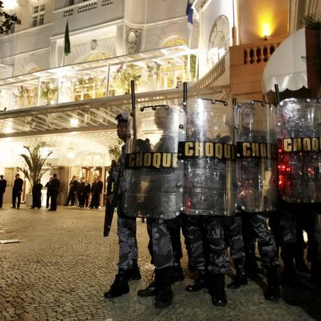 Policiais militares do Batalhão de Choque foram acionados para acabar com a manifestação no Copacabana Palace Foto: Hudson Pontes / Agência O Globo