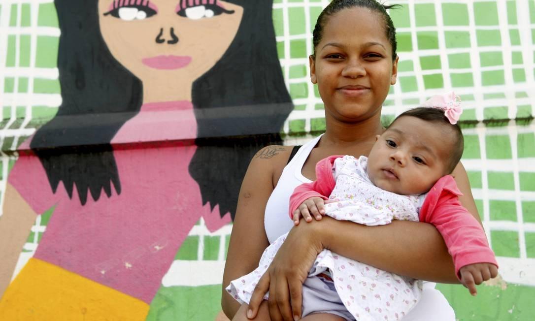 Pamela Rafaela, com Evelyn nos braços: ela fez cesárea Foto: Gustavo Stephan / Agência O Globo