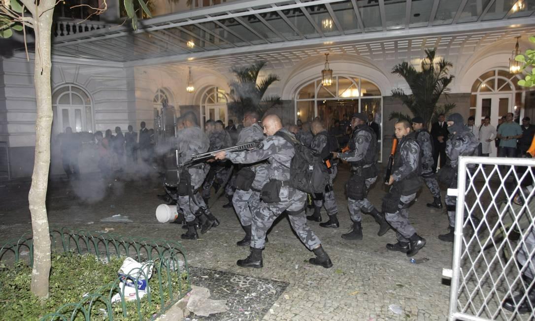 Policiais militares fazem disparos na entrada do Copacabana Palace Foto: Hudson Pontes / Agência O Globo