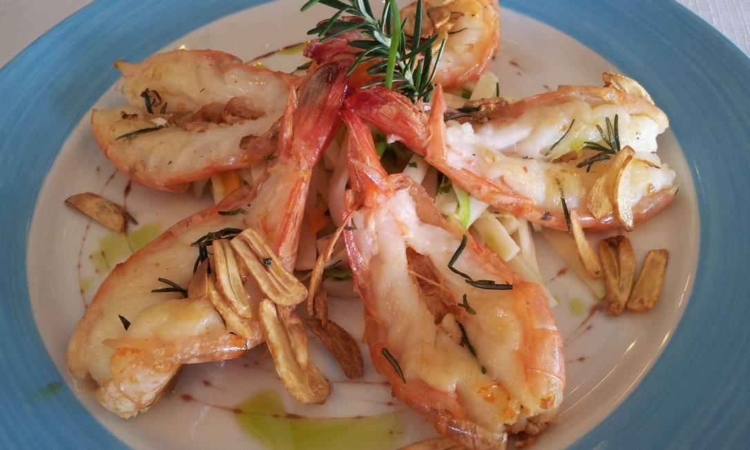 No Albamar, minuto de camarão graúdo com perfume de alho e juliana de legumes Foto: Divulgação