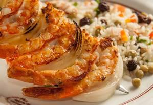 Na Adega do Césare, boa opção é o brochete de camarão com arroz à la grega (R$ 47) Foto: Lipe Borges