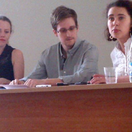 Edward Snowden em encontro com ativistas de direitos humanos no aeroporto de Moscou Foto: TANYA LOKSHINA / AFP