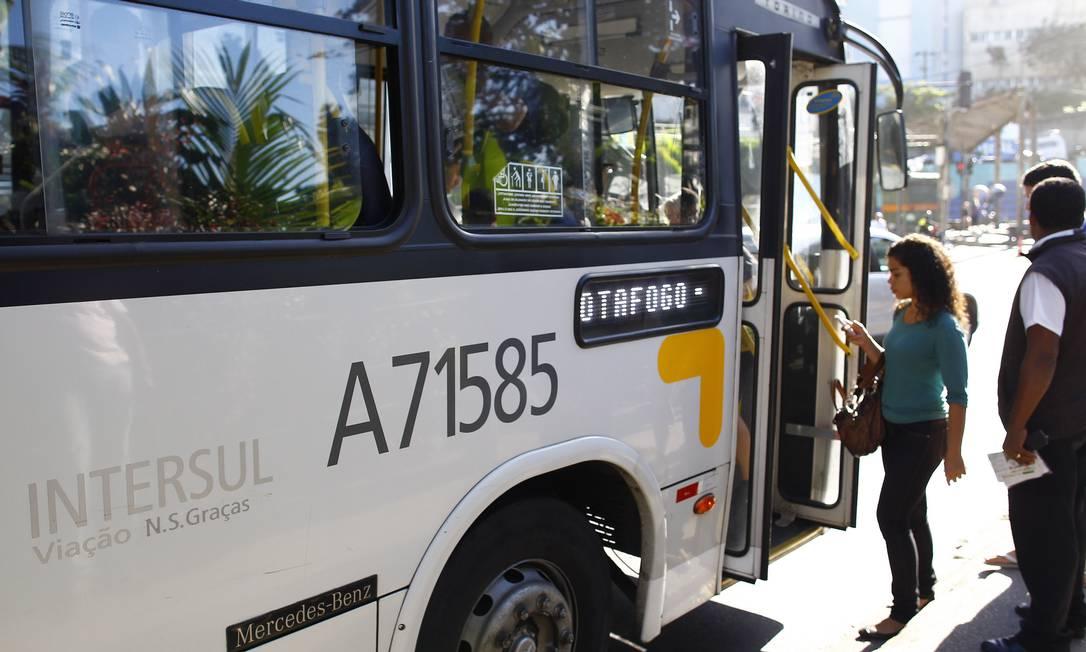 Ônibus da Translitorânea, uma das empresas processadas pelo Banco Guanabara, por atraso no pagamento de contratos de leasing Foto: Pablo Jacob/4-7-2013 / Agência O Globo