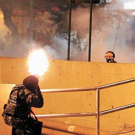 PM faz disparo de bala de borracha perto do Maracanã, na Copa das Confederações - Foto: Gabriel de Paiva / Gabriel de Paiva/30-06-2013