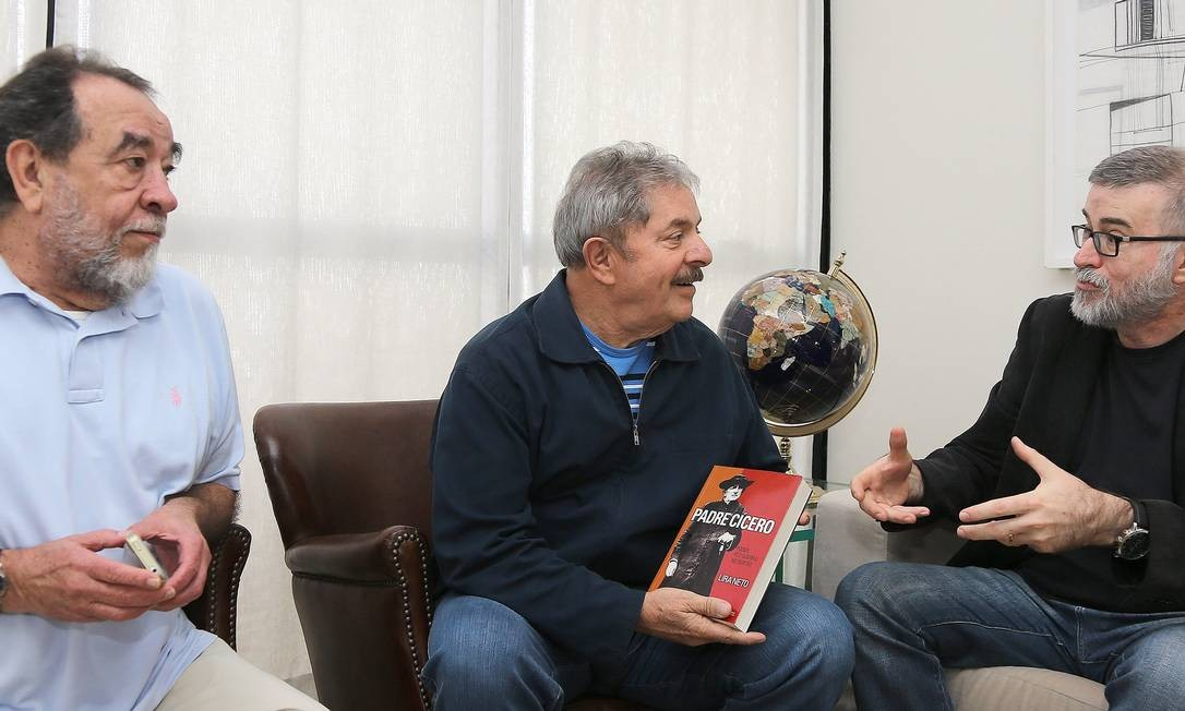 Lula almoçou nesta terça-feira com os escritores Fernando Morais e Lira Neto (com ele na foto) Foto: Instituto Lula