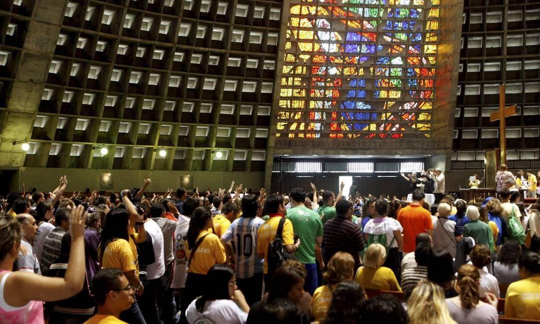Voluntários acompanham missa na Catedral Metropolitana - Foto: Gustavo Stephan / Agência O Globo