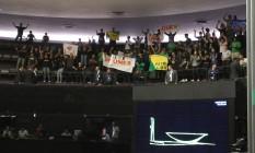 Estudantes que estavam nas galerias da Câmara protestaram, com gritos e vaias, pelo adiamento para agosto da votação do projeto que destina 75% dos recursos dos royalties para Educação Foto: ailton de Freitas / O Globo