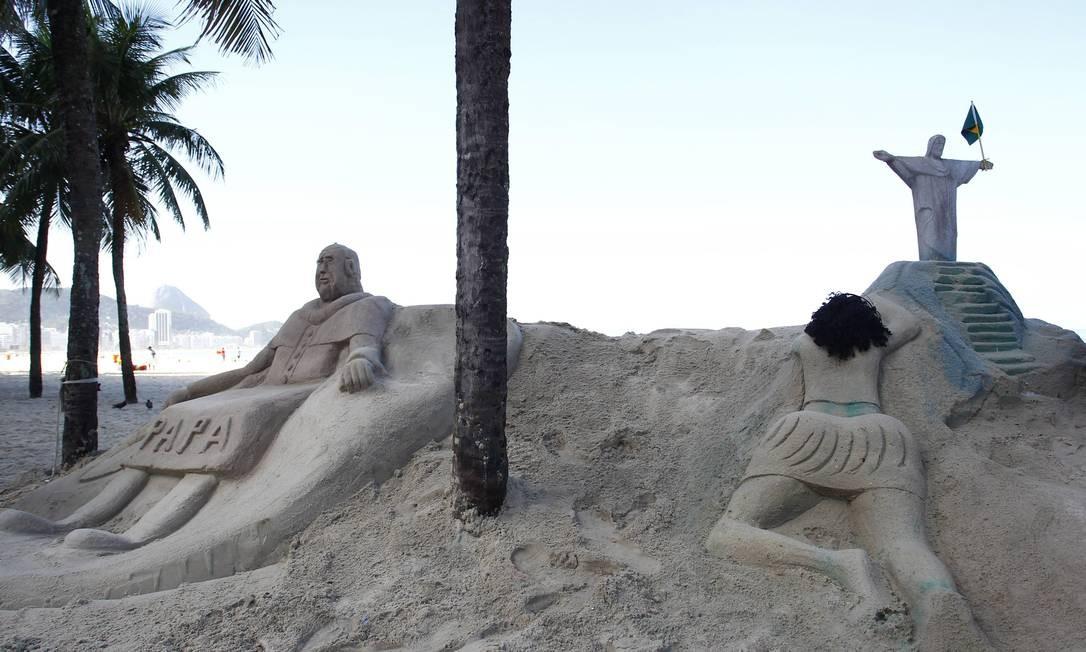 A escultura da mulher de biquíni ganhou uma saia para ficar ao lado da imagem de Francisco - Foto: Pablo Jacob / Agência O Globo