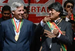 Evo Morales (dir.) e o vice-presidente boliviano, Álvaro García (esq.), em celebração do aniversário de 204 anos da declaração de independência em La Paz Foto: Aizar Raldes Nunez / AFP