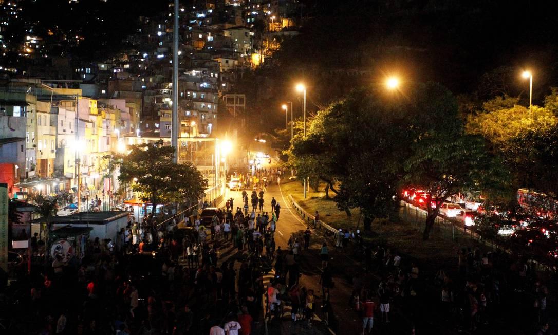 Protesto na Rocinha foi contra o desaparecimento de um jovem da comunidade. Eles culpam a PM pelo caso Foto: Domingos Peixoto / Agência O Globo