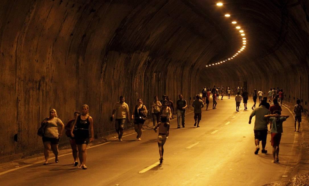 Alguns manifestantes entraram no Túnel Zuzu Angel e seguiram em direção ao Leblon Foto: Domingos Peixoto / Agência O Globo